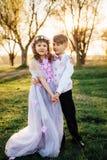 Une fille et un garçon dans des vêtements intelligents marchent en parc Images libres de droits