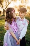 Une fille et un garçon dans des vêtements intelligents marchent en parc Image libre de droits