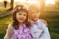 Une fille et un garçon dans des vêtements intelligents marchent en parc Photo stock