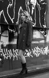 Une fille et un graffiti Image libre de droits