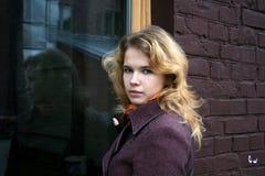Une fille et un hublot Photos libres de droits