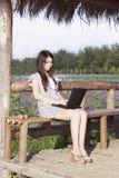 Une fille et un ordinateur Image stock