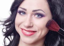 Une fille et une brosse pour rougissent Image libre de droits