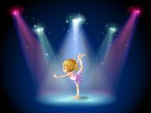 Une fille exécutant le ballet sur l'étape avec des projecteurs Images libres de droits