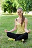 Une fille exécute des exercices de yoga photo libre de droits