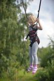 Une fille fait sauter sur l'attraction sautante photos stock