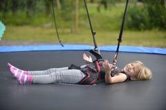 Une fille fait sauter sur l'attraction sautante photos libres de droits