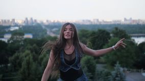 Une fille gaie avec de longs cheveux est engagée dans la forme physique dans des bottes de sauts d'angoo 4K MOIS lent clips vidéos