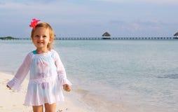 Une fille heureuse sur la plage Photos libres de droits