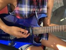 Une fille jouant une guitare photographie stock