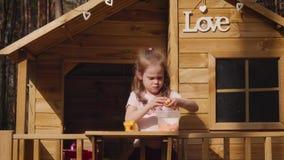 Une fille joue dans une cabane dans un arbre banque de vidéos