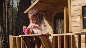 Une fille joue dans une cabane dans un arbre clips vidéos