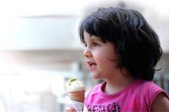 Une fille mangeant la crême glacée Image stock