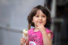 Une fille mangeant la crême glacée Image libre de droits