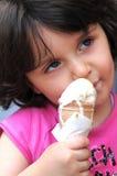 Une fille mangeant la crême glacée Photo libre de droits