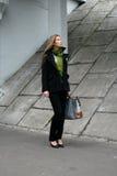 Une fille marchant dans la ville Photos stock