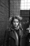 Une fille marchant dans les zones industrielles Photographie stock