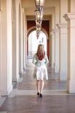 Une fille marchant dans un vestibule photos stock