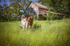 Une fille marchant son cheval Image stock