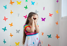 Une fille mignonne dans une salle de jeux Image stock