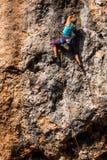 Une fille monte une roche image libre de droits