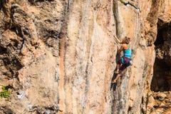 Une fille monte une roche images libres de droits