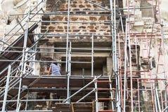 Une fille nettoyant le site archéologique Images libres de droits