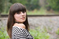 Une fille observant en arrière Photos libres de droits