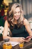 Une fille parlant au téléphone Photographie stock libre de droits