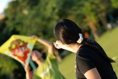 Une fille pilotant un cerf-volant Images libres de droits