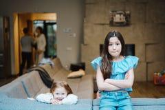 Une fille plus âgée et plus jeune sur le grand divan Photos libres de droits