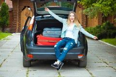 Une fille posant dans la voiture Images libres de droits