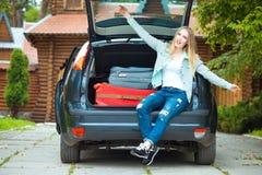 Une fille posant dans la voiture Photos libres de droits