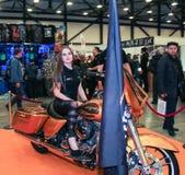 Une fille pose sur une grande moto image libre de droits