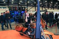 Une fille pose sur une moto images libres de droits
