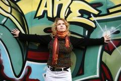 Une fille près d'un mur de graffiti Image stock