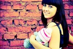 Une fille près du mur Photo stock