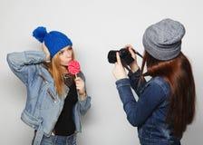 Une fille prend la photo de son ami Images libres de droits