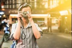 Une fille prennent une photo photographie stock