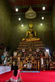 Une fille priant le temple royal intérieur de monastère Photo libre de droits