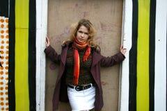 Une fille restant près d'un mur peint Photos libres de droits