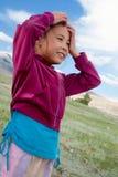 Une fille reste dans la steppe kazakh Photographie stock libre de droits