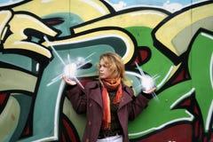 Une fille retenant deux étoiles dans des ses mains Images stock