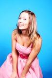 Une fille riante dans la robe rose Photographie stock libre de droits