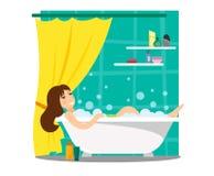 Une fille se baigne dans un bain de mousse Fragment de l'intérieur de la salle de bains avec le rideau et des rayures avec des co illustration libre de droits