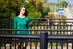 Une fille se tient sur le pont Photos stock