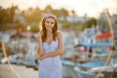 Une fille sensuelle et sexy très belle dans une robe rayée bleue i photos stock