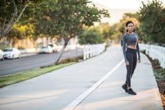 Une fille sportive d'Afro-américain se tenant sur un chemin de vélo dans ci Photo stock