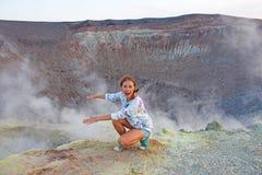 Une fille sur Gray Hydrogen Volcano et Volcano Craters sur Vulca image libre de droits
