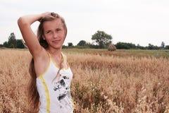 Une fille sur la zone d'orge Image libre de droits